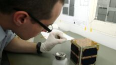 PW-Sat sztuczny satelita typu CubeSat budowany przez studentów (PAP/Tomasz Gzell)