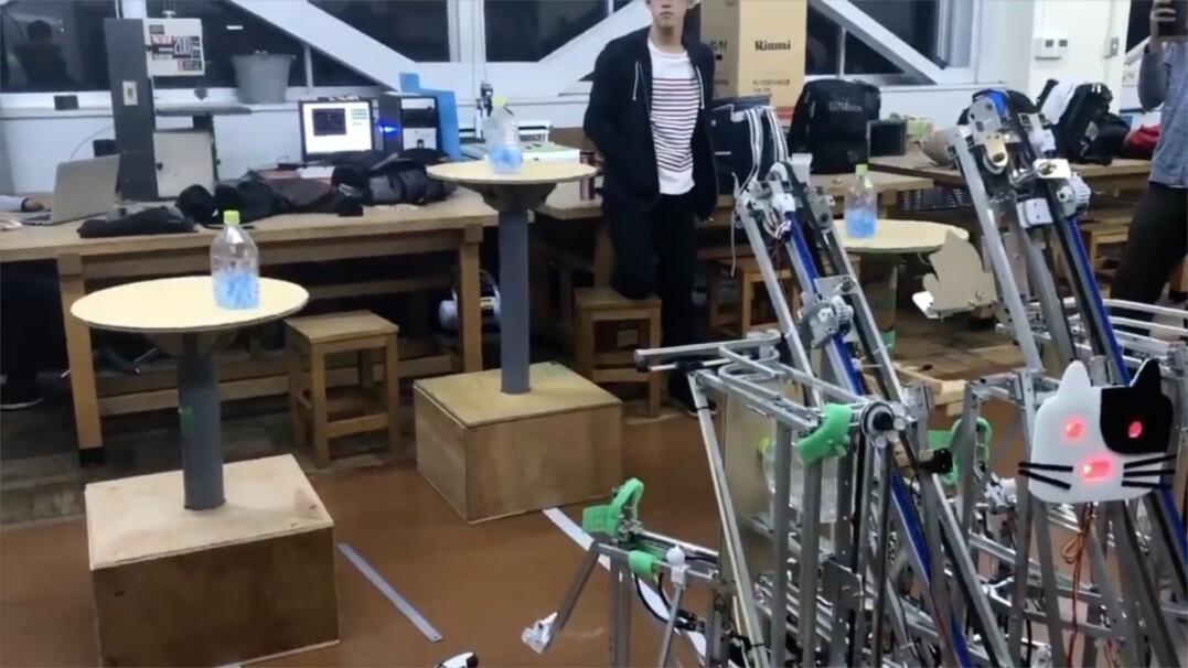 Robot wrzucający butelki na stoły. Wynalazek japońskich uczniów