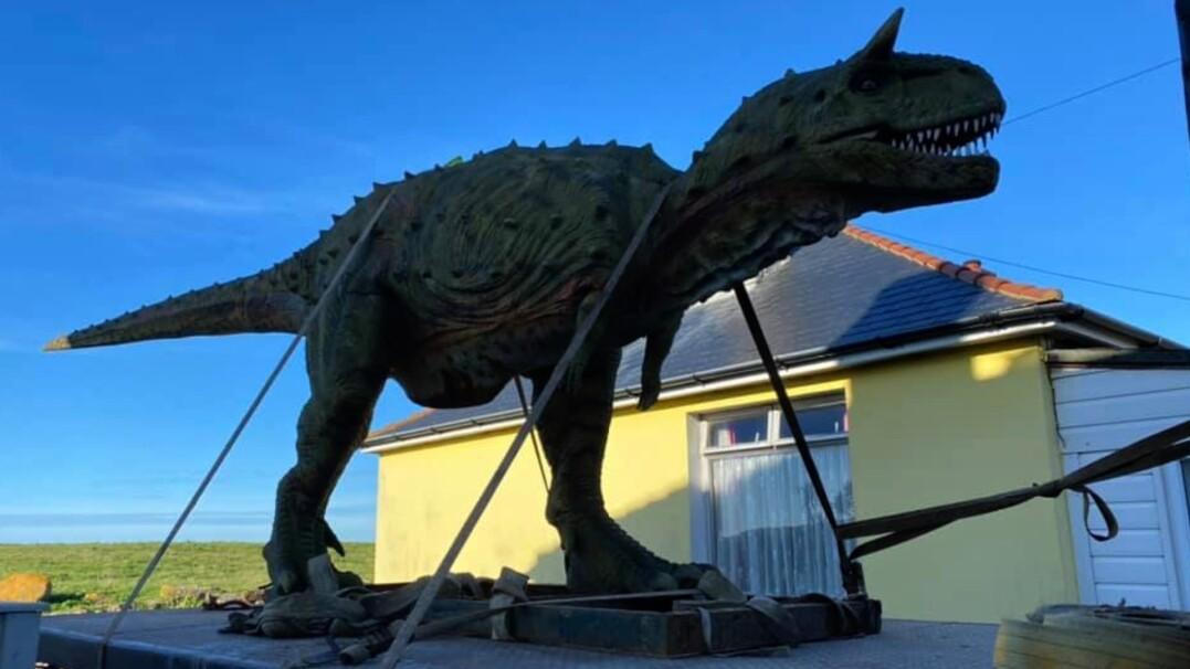 Zamówił model dinozaura dla syna, nie sprawdził wymiarów. Przysłano mu prawie 6-metrową figurę