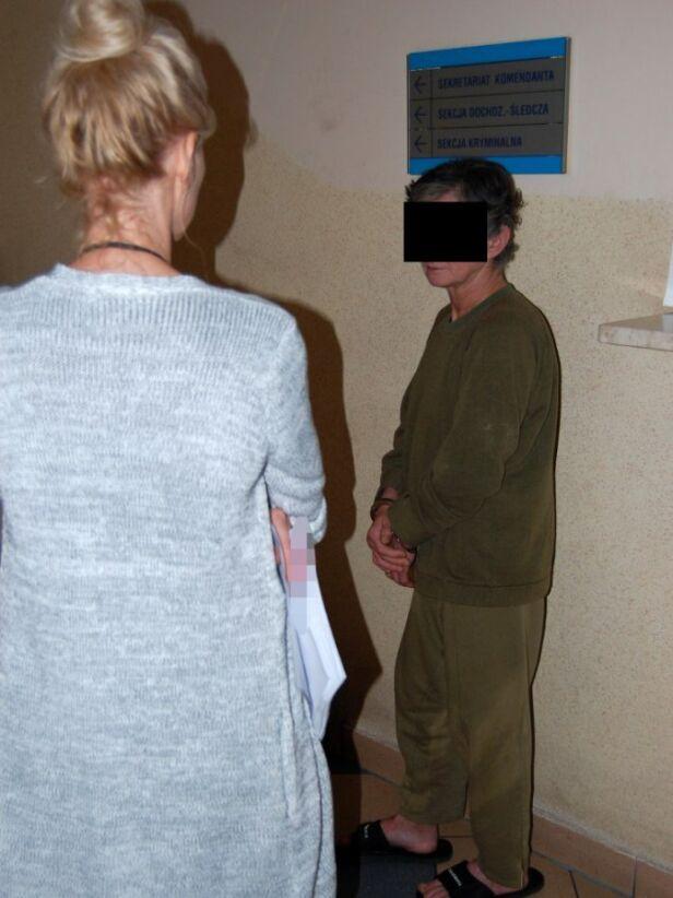 Podejrzana o morderstwo trafiła do aresztu (na zdjęciu z policjantką) Policja stołeczna