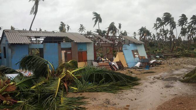 Cyklon przechodzi przez Indie. Brak prądu, połamane drzewa, uszkodzone domy