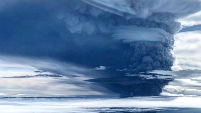 Słup pyłu o wysokości kilkunastu kilometrów. Ulawun obudził się, postraszył i uspokoił