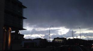 Ciemne chmury nad Warszawą (tvnmeteo.pl)