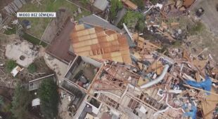 Widok z drona na zniszczenia po przejściu tornad w Alabamie